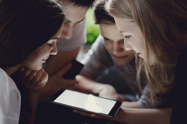 Tieners met behulp van mobiele telefoons