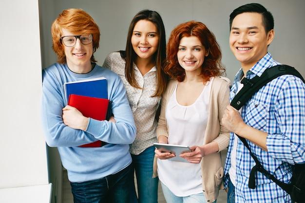 Tieners met boeken en rugzakken