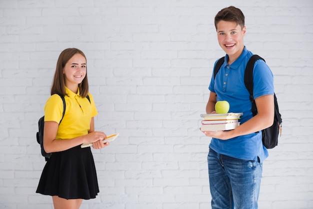 Tieners met rugzakken en notitieboekjes