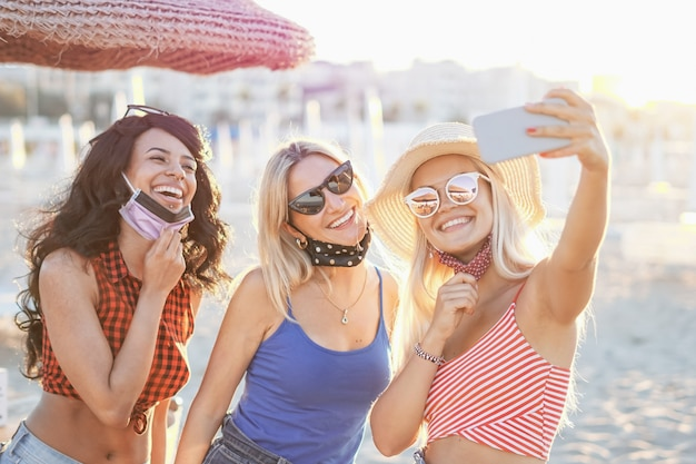 Tieners nemen een selfie op het strand