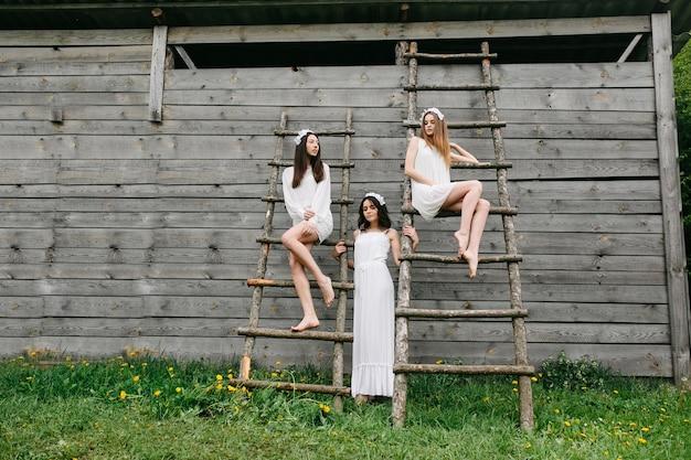 Tieners poseren met houten ladders