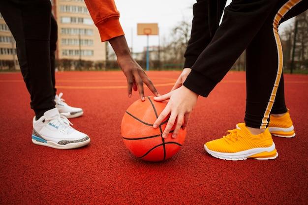 Tieners samen op het basketbalveld