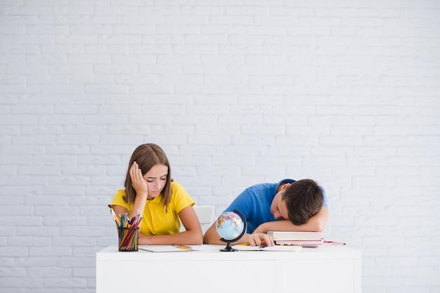 Tieners slapen in de klas