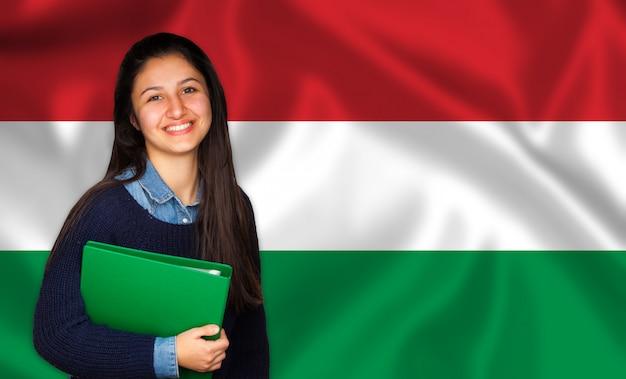 Tienerstudent die over hongaarse vlag glimlachen