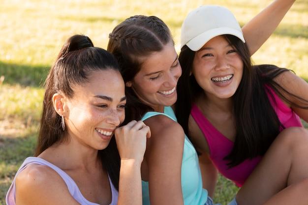 Tienervrienden die plezier hebben in de zomer