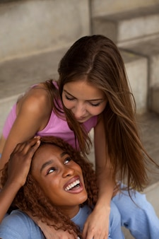 Tienervrienden die samen plezier hebben