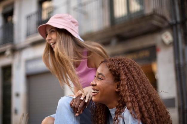Tienervrienden die samen tijd buitenshuis doorbrengen