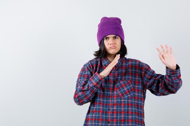 Tienervrouw die handen houdt om zichzelf te verdedigen, ziet er ontevreden uit