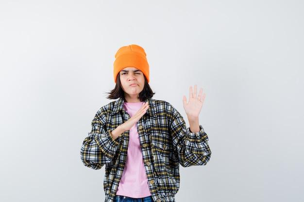 Tienervrouw die handen opsteekt om zichzelf te verdedigen