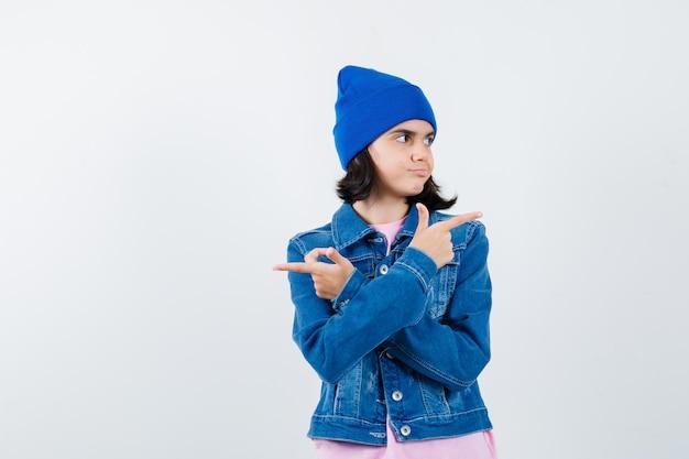 Tienervrouw die tegengestelde richtingen wijst met wijsvingers die er schattig uitzien