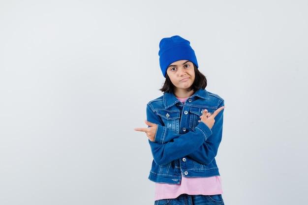 Tienervrouw die tegengestelde richtingen wijst met wijsvingers in roze t-shirt die er gefocust uitzien