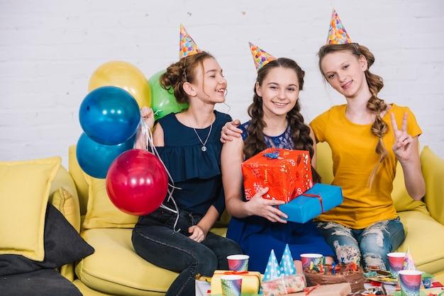 Tienerzitting die van de verjaardagspartij met haar vrienden genieten