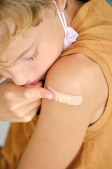 Tienjarige jongen na vaccinatie