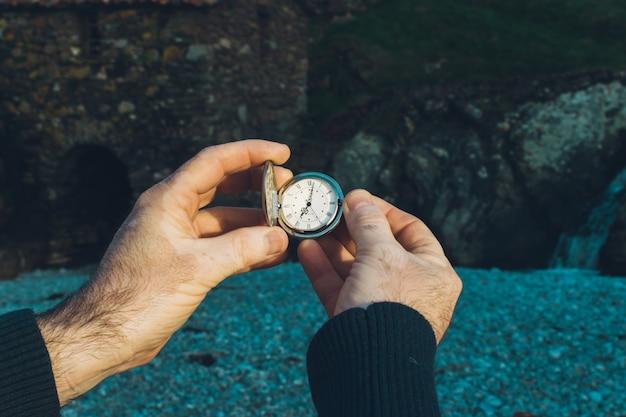 Tijd concept. zakhorloge in mannenhanden. aarde uur. vitiligo huid.