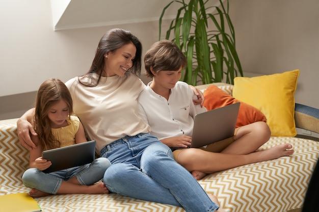 Tijd doorbrengen met kinderen, jonge mooie blanke familiemoeder en haar twee schattige kleine kinderen