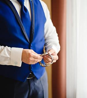 Tijd houden voor belangrijke afspraak, een man kijkt op zijn horloge van een serieuze vergadering.