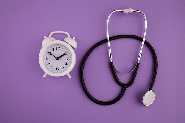 Tijd is belangrijk in het levensconcept. stethoscoopset en wekker.