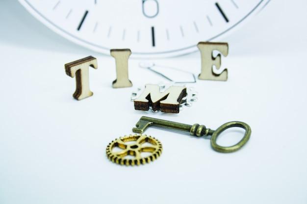 Tijd is concept, oude klok op een muur