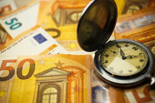 Tijd is geld concept met eurobankbiljetten.