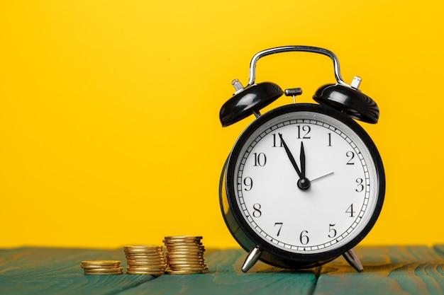 Tijd is geld, tafelklok met munten