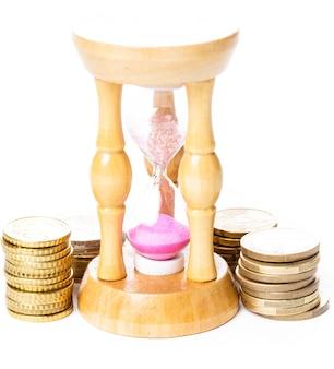 Tijd is geldconcept - munten en zandloper