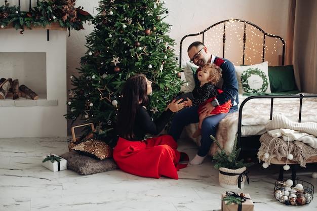 Tijd om cadeaus te geven in een gezin tijdens oudejaarsavond