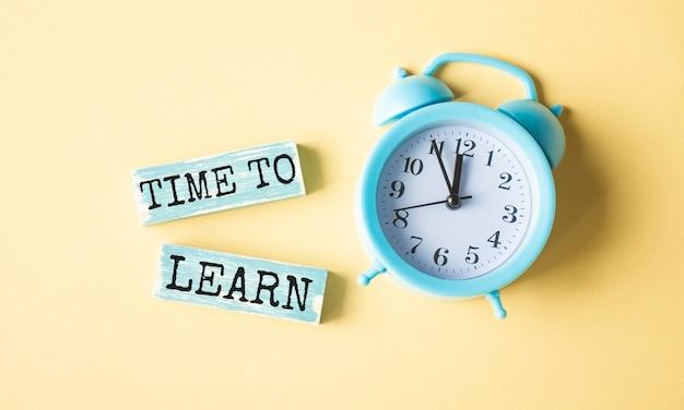 Tijd om te leren op zwarte houten blokken. onderwijs concept. levenslang leren bedrijfsconcept.