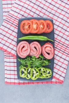 Tijd om te ontbijten. groenten en gebakken spek.