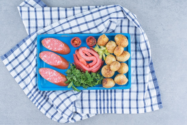Tijd om te ontbijten. groenten, salami en gebakken spek. Gratis Foto