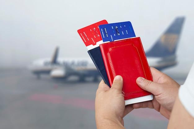 Tijd om te reizen. een man houdt kaartjes en paspoorten vast