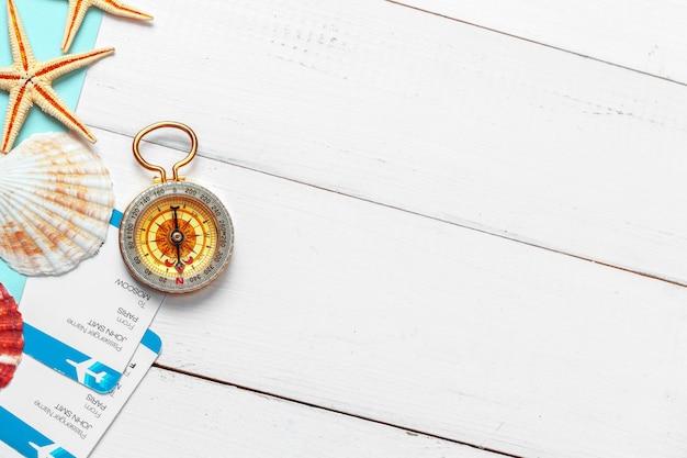 Tijd om te reizen. idee voor toerisme met kaartjes en kompas.
