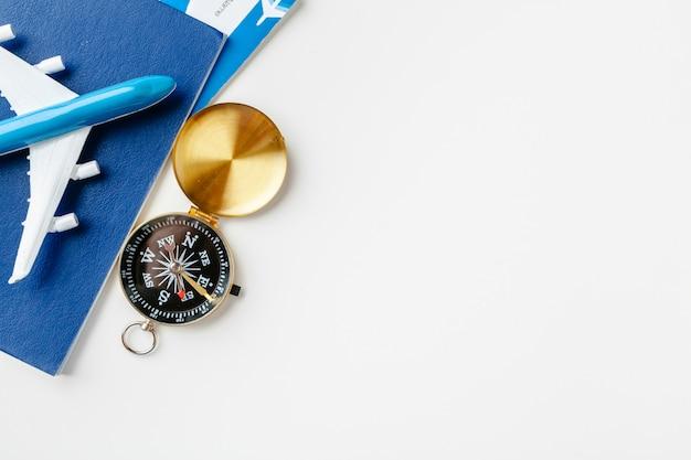 Tijd om te reizen. idee voor toerisme met vliegtickets en kompas op witte achtergrond