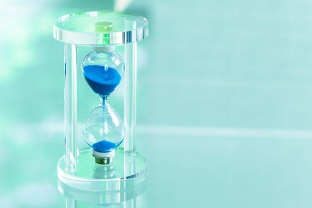 Tijd passeren. blauwe zandloper.