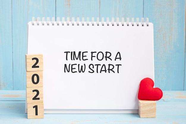 Tijd voor a new start-woorden en 2021 kubussen met rood hart