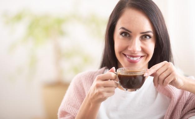 Tijd voor een kop warme chocolademelk voor een prachtige brunette vrouw.