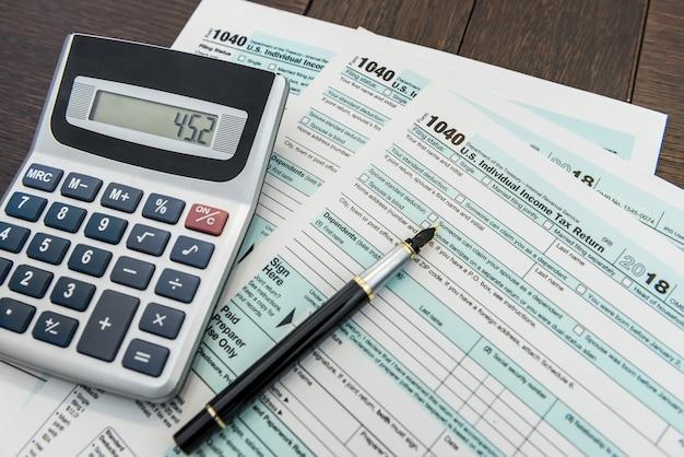 Tijd voor federale belastingformulier met pen en rekenmachine bureau papierwerk
