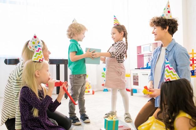 Tijd voor geschenken op verjaardagsfeestje