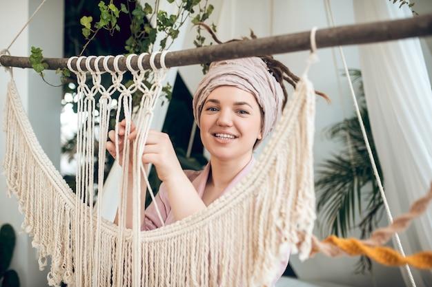 Tijd voor hobby. jonge vrouw tijd thuis bezig met haar macrame