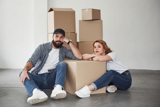 Tijd voor rust. gelukkig paar samen in hun nieuwe huis. conceptie van verhuizen