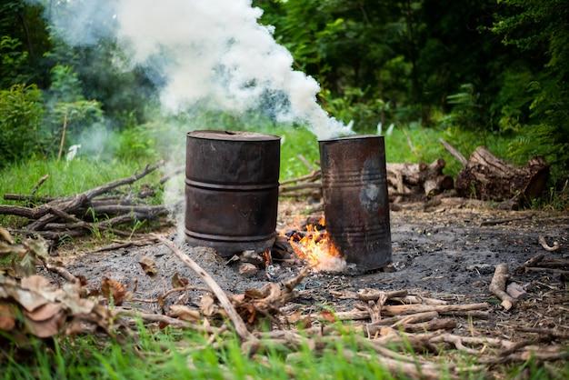 Tijdelijk door de mens gemaakt brandhoutkachel voor het koken van voedsel