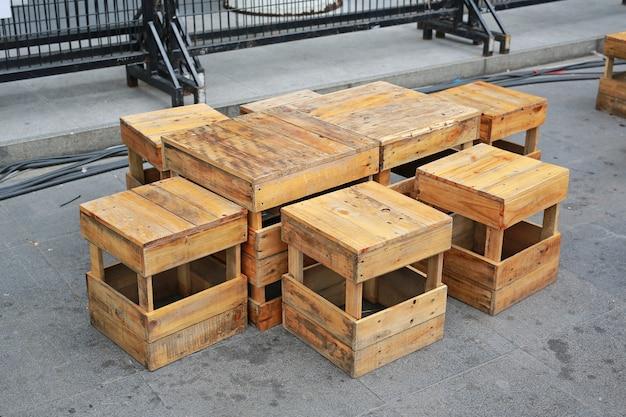 Tijdelijke houten lijst en kruk bij straatvoedsel. thailand.