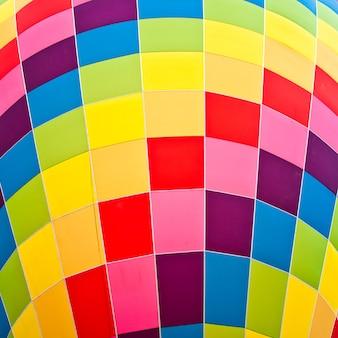 Tijdens een zonnige dag is het gemakkelijk om deze levendige kleuren te observeren op een vuurballon
