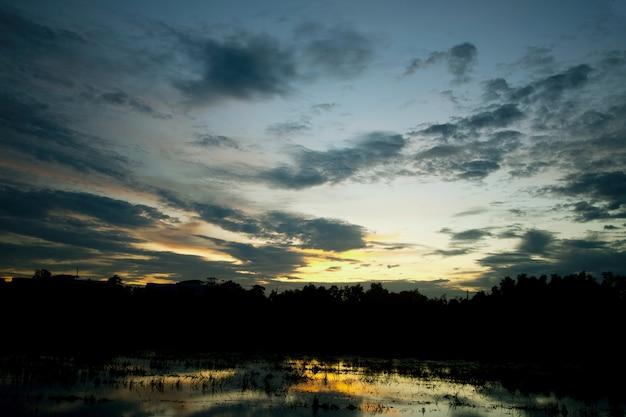 Tijdens zonsondergang.
