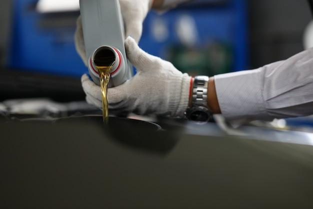Tijdige vervangingsolie in auto door nieuwe olie.
