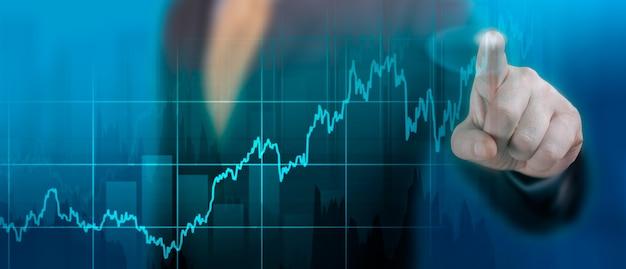 Tijdlijngrafiek van het wereldwijde economische herstel na de crisis veroorzaakt door de covid-pandemie19. wereld economie grafiek. financiënconcept. zakenman wijzend grafiek groeiplan op donkerblauwe achtergrond