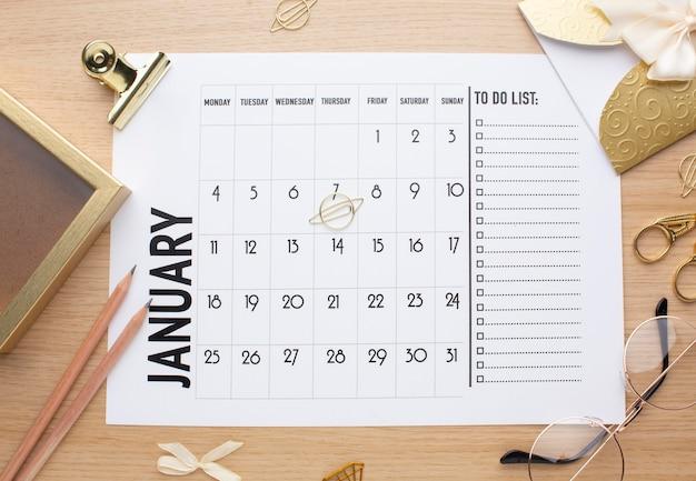 Tijdorganisatieconcept met kalender boven weergave