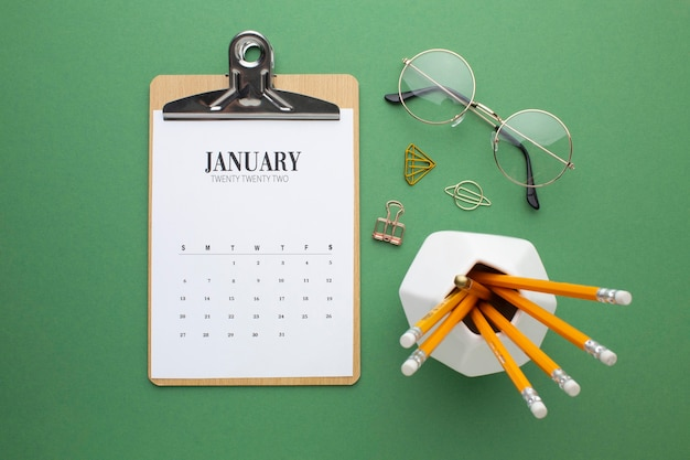 Tijdorganisatieconcept met kalender plat leggen