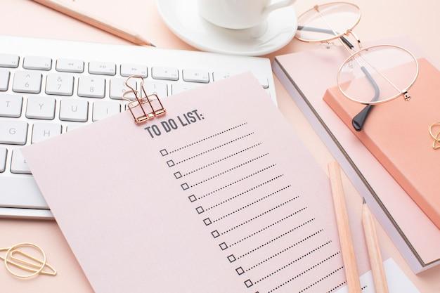 Tijdorganisatieconcept met planner hoge hoek