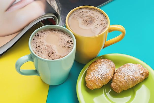 Tijdschrift en hete koffie op tafel