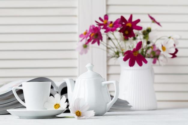 Tijdschrift lezen en koffie drinken op houten tafel
